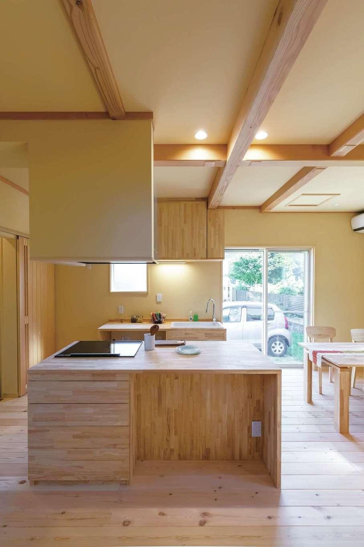 だいはるの家/大春建設【デザイン住宅、自然素材、間取り】ジャンルを問わず本格的な料理を作るご主人。自分の使いやすいキッチンがいいと、自ら設計し『大春建設』が施工した。そば打ちやパンも作れるよう、作業台を広くした