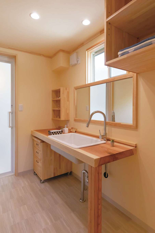 だいはるの家/大春建設【デザイン住宅、自然素材、間取り】2階の洗面台もオリジナル造作。シンクはキッチンと同じ医療用の深底。ワイドな鏡を採用し、家族が横一列に並んで歯磨きできる