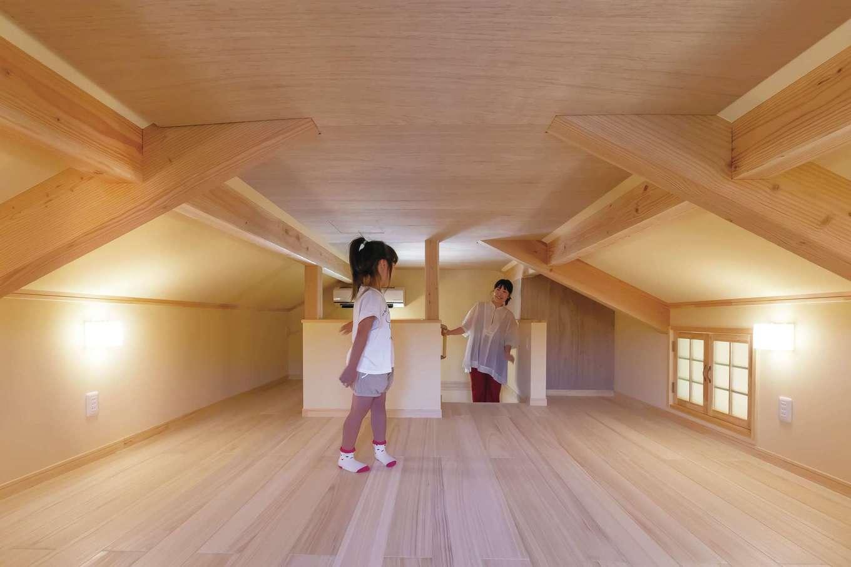 だいはるの家/大春建設【デザイン住宅、自然素材、間取り】天井高1,400mm以下の小屋裏収納は課税対象にならないボーナス空間。太陽熱を反射させる遮熱瓦と遮熱シート、冷気を逃がさない断熱材を使用しているので、真夏でもひんやりと涼しい
