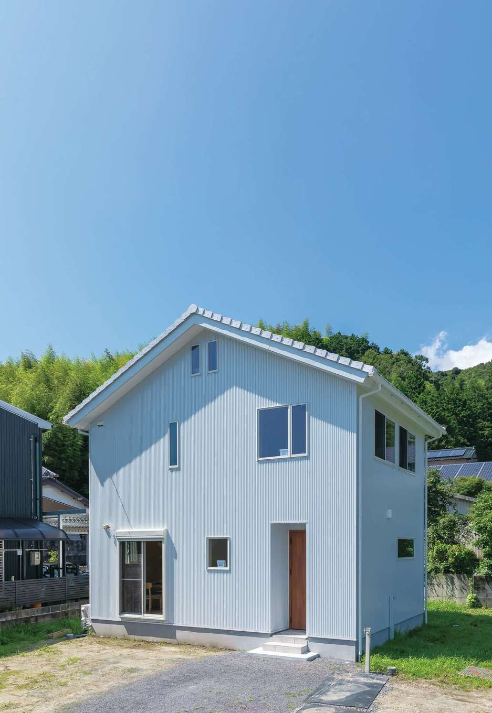 だいはるの家/大春建設【デザイン住宅、自然素材、間取り】白い三角屋根のかわいい外観。これから自分でウッドデッキや畑を作る予定