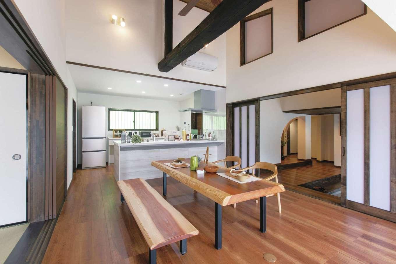 深見工務店 S-style|天井を抜き、開放感あふれる吹抜け空間に生まれ変わったLDK。100年生き続けてきた太い梁が家族の健康と未来を見守る。自然素材を多用したことで、きれいな空気がゆっくりと流れる