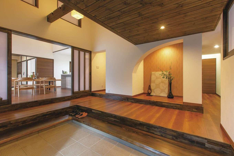 深見工務店 S-style|構造上、高さを変えられなかった玄関ホール。土間、床、階段を一新し、おしゃれなニッチを製作してニュアンスを出した