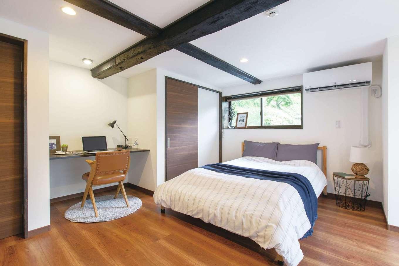 深見工務店 S-style|リモートワークコーナーを設けた主寝室。既存の太い梁がアクセントに