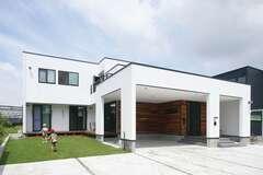 庭を眺めてくつろげるL字型のデザイン住宅