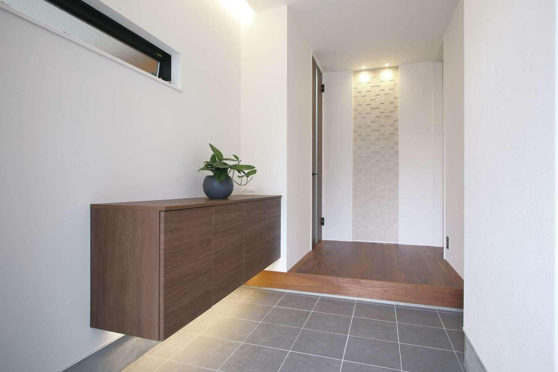 尾崎工務店【デザイン住宅、狭小住宅、間取り】玄関にも大小さまざまな収納があり、スッキリとした状態をキープできる