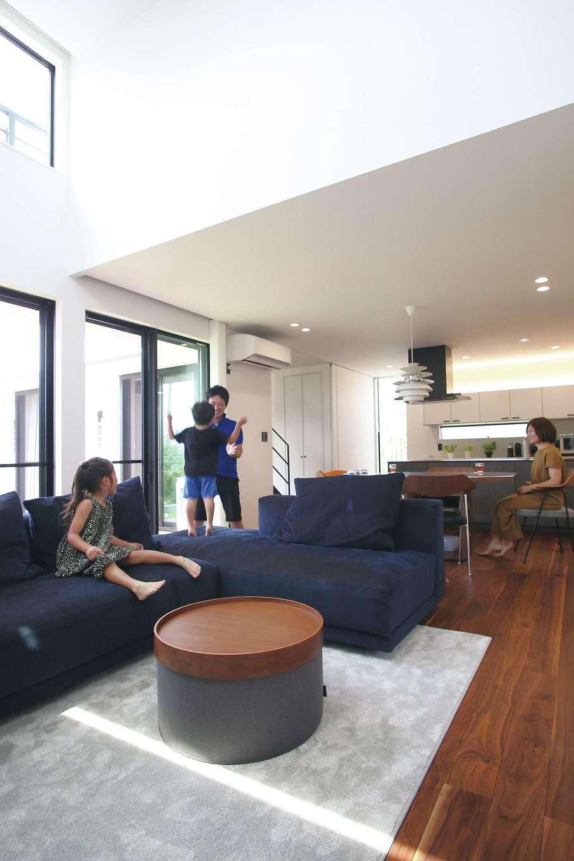 尾崎工務店【デザイン住宅、狭小住宅、間取り】吹き抜けから柔らかな光が差し込み、心地よく過ごせる