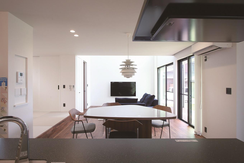 尾崎工務店【デザイン住宅、狭小住宅、間取り】キッチンからは部屋一面を見渡すことができる