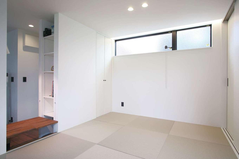 尾崎工務店【デザイン住宅、狭小住宅、間取り】リビングダイニングの一角にある小上がりの和室には、畳に腰掛けて勉強できるコーナーも