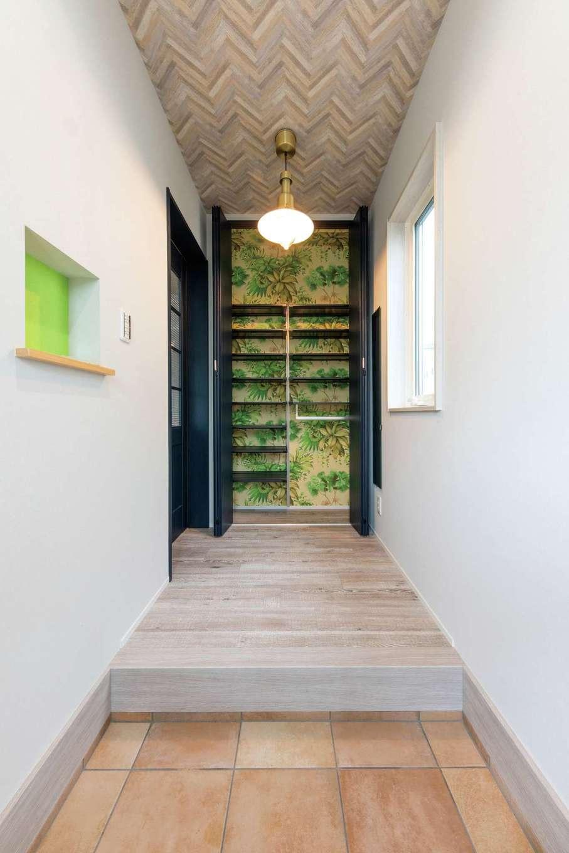 ホームプラザ大東【デザイン住宅、収納力、間取り】靴の出し入れの際にチラリと見えるボタニカル柄がアクセント。建具や照明も気に入ったものを採用でき大満足