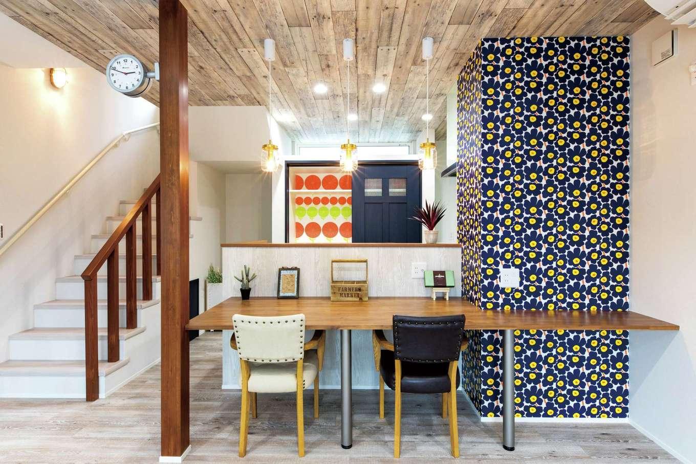 ホームプラザ大東【デザイン住宅、収納力、間取り】マリメッコのクロスが主役。キッチンボード内部やレンジまわりまでこだわりが行き渡る