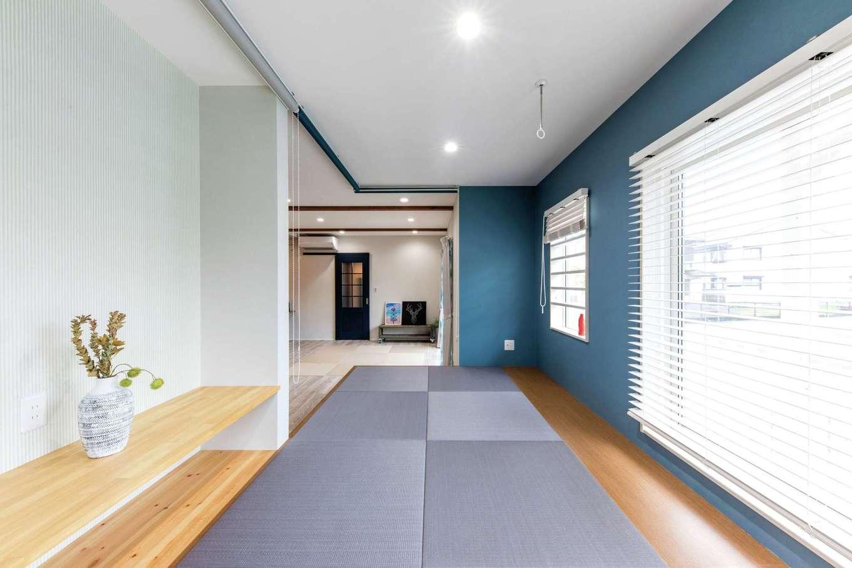 ホームプラザ大東【デザイン住宅、収納力、間取り】一段上げた畳コーナーは、お子さま家族が帰省した際の寝室に。畳の下はすべて収納