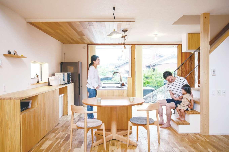 共感住宅 ray-out (レイアウト)【デザイン住宅、子育て、自然素材】延床約27坪とは思えない開放感が気持ちいい。北面の大きなFIX窓は、安定的に光を招くと同時に来客の姿が見えて安心