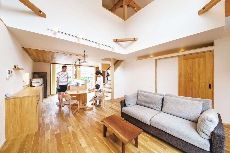 共感住宅 ray-out (レイアウト)【デザイン住宅、子育て、自然素材】開放的な吹抜けが空間の広さを演出