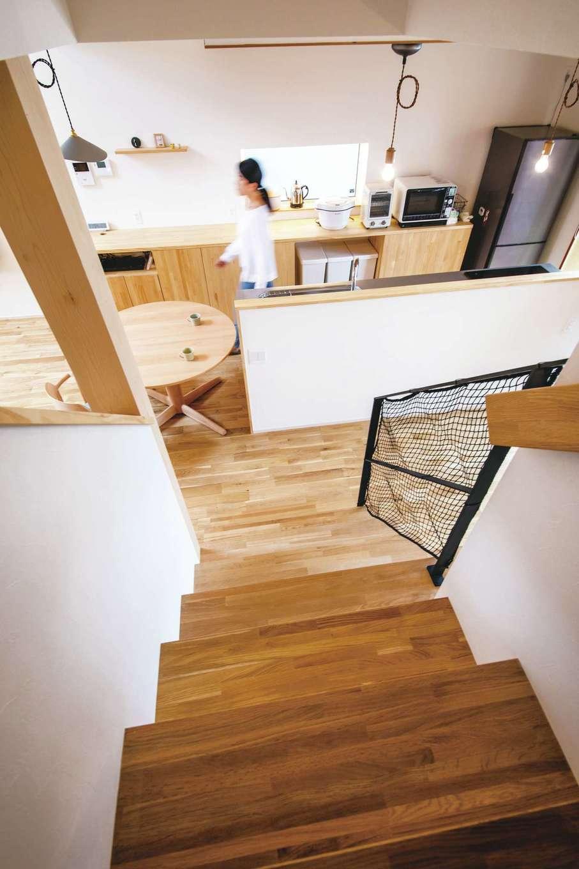 共感住宅 ray-out (レイアウト)【デザイン住宅、子育て、自然素材】家族の気配を感じられるリビング階段