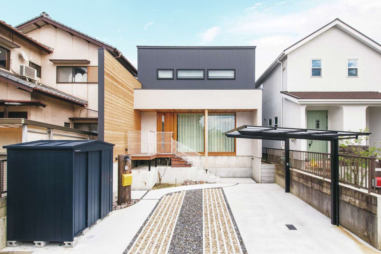 共感住宅 ray-out (レイアウト)【デザイン住宅、子育て、自然素材】外観デザインは住まいの第一印象を決定づけるとともに、住まい手の感性が伝わる重要な要素となる。ガルバリウムと杉板がバランスよく調和したN邸は落ち着きがあり、街の景観にもほどよく馴染んでいる