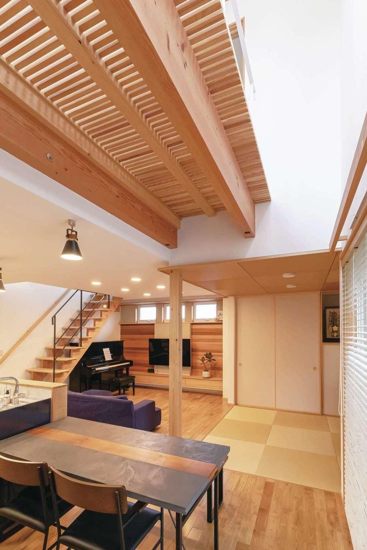 T-style ティースタイル【デザイン住宅、子育て、自然素材】玄関から室内に入ってすぐ、ダイニングの上部を吹抜けにして、なおかつ廊下をキャットウォークにしたことで十分な光を取り込めるので、北向きのLDKでも明るさをキープできる