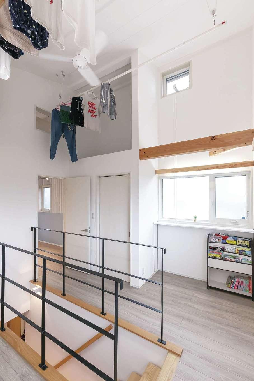 T-style ティースタイル【デザイン住宅、子育て、自然素材】2階のフリースペース。2列の竿に洗濯物をたっぷり干すことができ、ロープで上げ下げできる。家全体を換気しているので乾きが早く、不快な臭いもまったくしない