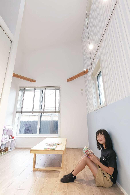 T-style ティースタイル【デザイン住宅、子育て、自然素材】天井が高くて開放感に満ちた長女の部屋。あえてコンパクトな空間に抑え、自然とリビングに行きたくなるように設計した
