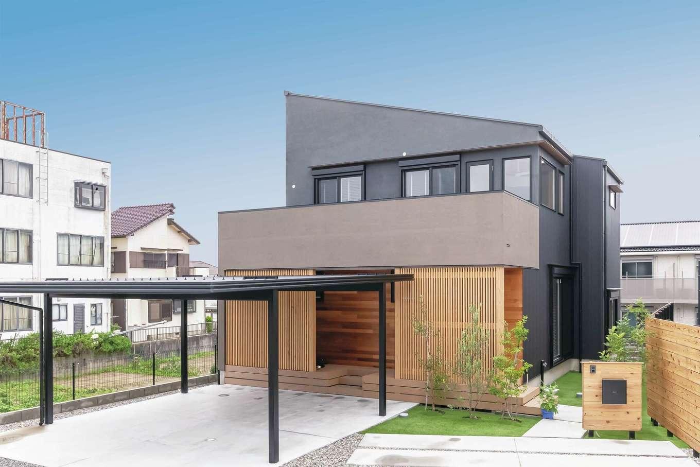 T-style ティースタイル【デザイン住宅、子育て、自然素材】ひとつとして同じ外観デザインがないのも、Yさんが『T-style』を選んだ理由の一つ。ガルバリウムの外壁と木がバランスよく調和したモダンな外観に、道行く人も思わず二度見してしまう。ウッドフェンスも同社からの提案