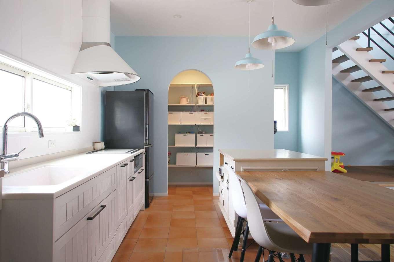 丸昇彦坂建設【デザイン住宅、趣味、間取り】ゆったりとしたレイアウトのキッチン。パントリーの入り口はアーチ型でオシャレに