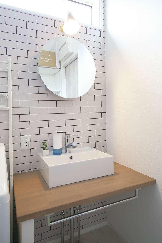丸昇彦坂建設【デザイン住宅、趣味、間取り】理想のイメージを伝えて、造作してもらった洗面スペース。壁はタイル調でコーディネート