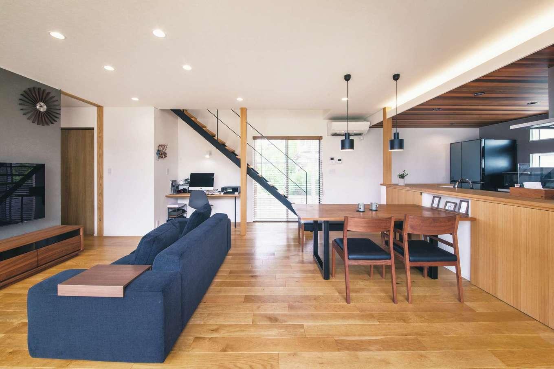 神谷綜合建設 カミヤの家【デザイン住宅、子育て、間取り】白を基調に天井の木やアイアン階段が映えるリビング。窓を開ければ、心地良い風が抜ける