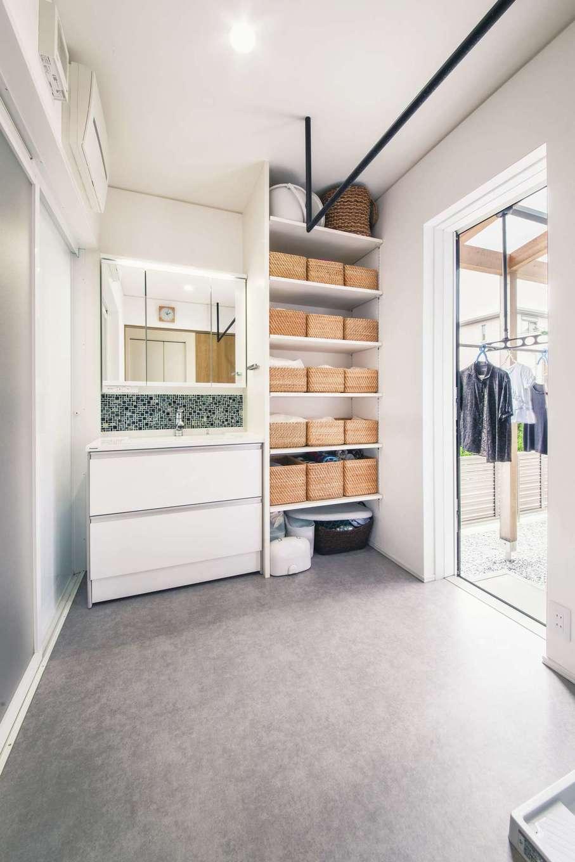 神谷綜合建設 カミヤの家【デザイン住宅、子育て、間取り】室内干しの黒色のハンガーは既製品でなく、洗面室にあわせてオリジナルで造作。物干し場に隣接し、洗濯動線が短く便利なのがうれしい