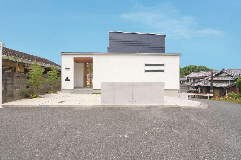 神谷綜合建設 カミヤの家【デザイン住宅、子育て、間取り】コンクリートの塀、外壁には塗り壁とガルバリウム鋼板を使い、異素材を巧みに組み合わせたモダンなデザイン