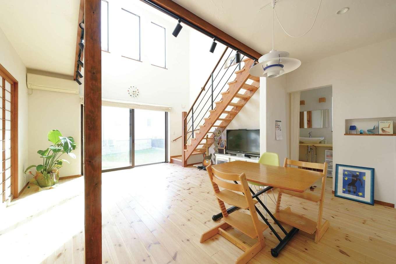 アイジースタイルハウス【デザイン住宅、自然素材、間取り】玄関からダイニング、そしてリビングに向かうに連れて視界が徐々に開け、より開放的に感じられる20畳のLDK