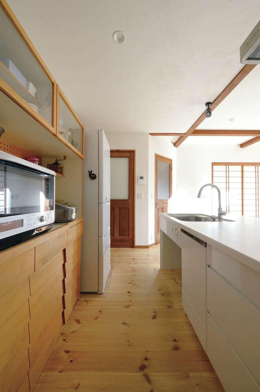 アイジースタイルハウス【デザイン住宅、自然素材、間取り】家族の様子を見ながら料理できる場所にキッチンを配置