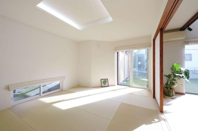アイジースタイルハウス【デザイン住宅、自然素材、間取り】リビングからフラットにつながり、より広く感じられる和室。折り上げ天井でアクセントを