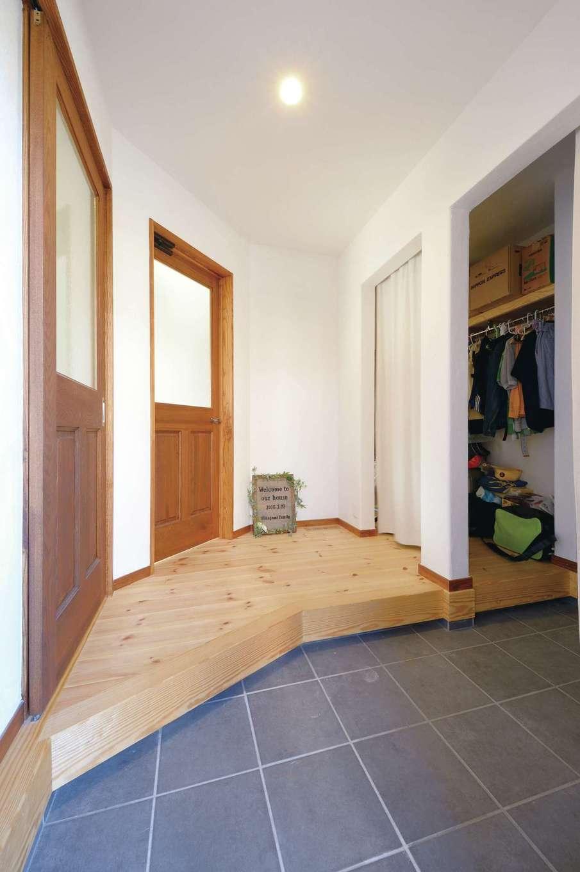 アイジースタイルハウス【デザイン住宅、自然素材、間取り】収納スペースを大きく確保した玄関