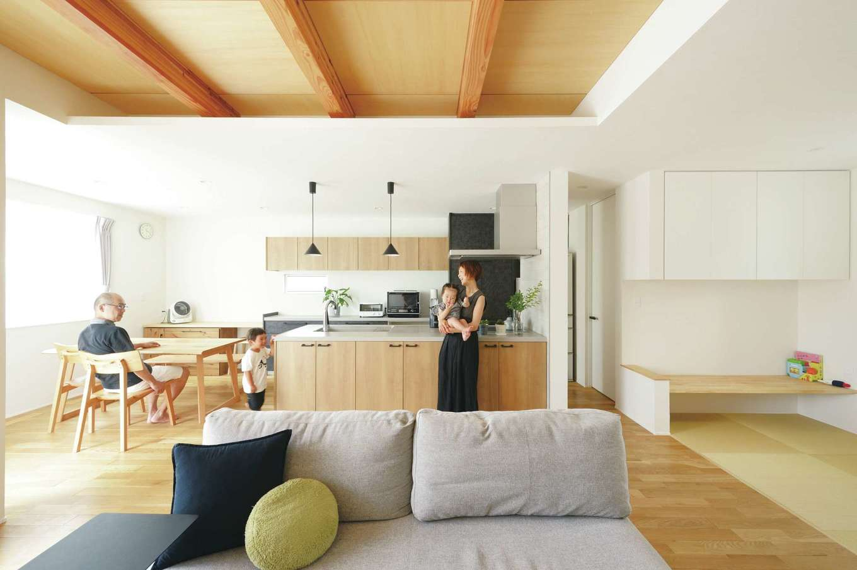 幹工務店【デザイン住宅、省エネ、間取り】アイランドキッチンを中心に、マットな素材とニュアンスカラーによる空間演出を施したLDK。キッチンの横には2畳のパントリーもあり、収納は随所にたっぷり確保した