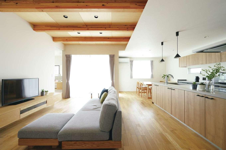 幹工務店【デザイン住宅、省エネ、間取り】リビングのシナ合板目透かし張りの天井は、「新橋町モデルハウス」に倣ったもの。宙に浮かせたTVボードも『幹』の造作家具