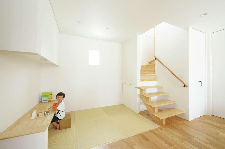 幹工務店【デザイン住宅、省エネ、間取り】リビングに設けた畳コーナー。カウンター付きで、子どものスタディコーナーとしても利用できる