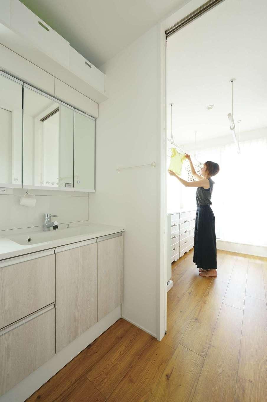 幹工務店【デザイン住宅、省エネ、間取り】水回りは2階に配置し、洗面の隣にランドリーを確保。ランドリーの先にはベランダがあり、洗濯の動線がラクラク便利