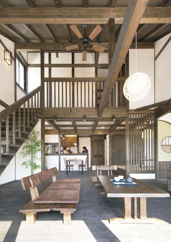 サイエンスホーム【1000万円台、デザイン住宅、自然素材】ダイナミックな吹抜けのリビングは24.5畳の大空間。柱と梁を現しにした「真壁づくり」が心地いい。こんなに広くても、標準仕様の外張り断熱工法により家中の温度差がなく、夏も冬も快適