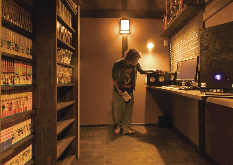 サイエンスホーム【1000万円台、デザイン住宅、自然素材】ご主人が趣味の時間を楽しむ隠れ家的書斎。床から天井まで届く造作の書棚にマンガ本がぎっしり