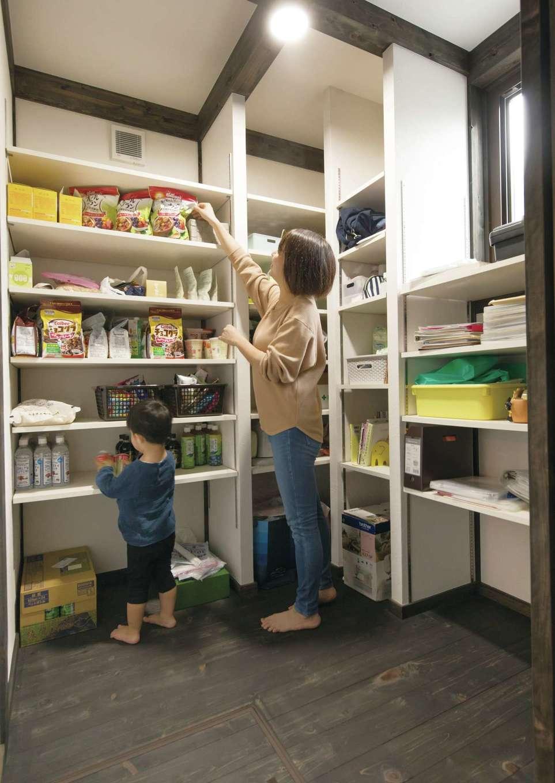 サイエンスホーム【1000万円台、デザイン住宅、自然素材】非常食もすっぽり収まる大容量のパントリー。何がどこにあるのか一目瞭然で使いやすいので、子どももお手伝いしてくれる