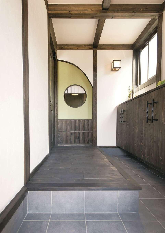 サイエンスホーム【1000万円台、デザイン住宅、自然素材】来客が多いので窮屈に感じさせないよう、奥まで伸びる土間スタイルの玄関ホールに。和室から続く丸窓がアクセントになっている