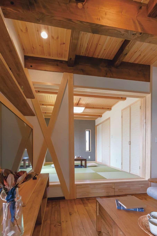 住まいるコーポレーション【子育て、自然素材、省エネ】リビングの隣には小上がりの畳コーナーがある。リビングとの仕切りの壁は、筋交いを上手に工夫して耐震性と意匠性を兼備。掘りごたつ付きなので、冬は家族の団らんスペース としても活躍する