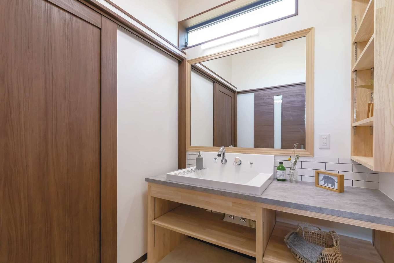 住まいるコーポレーション【子育て、自然素材、省エネ】脱衣スペースと分けて使える洗面スペース。造作の洗面台には収納を使いやすい位置に確保