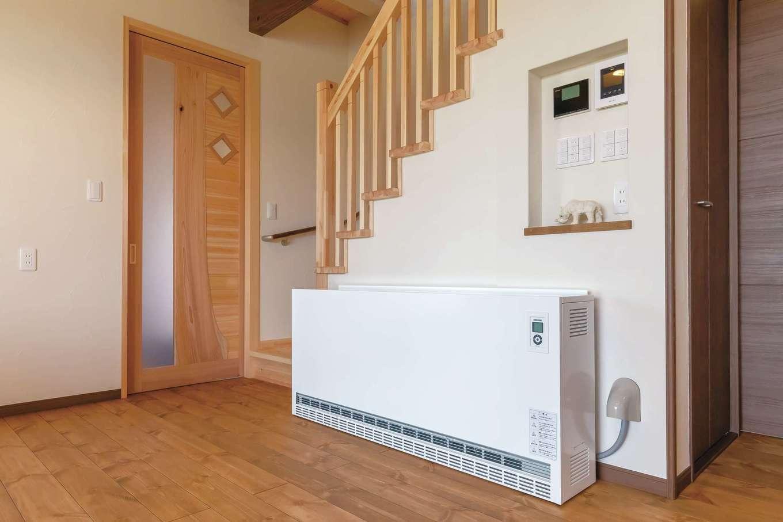 住まいるコーポレーション【子育て、自然素材、省エネ】リビングには蓄熱暖房機を設置。冬には輻射熱による心地よい暖かさが家中に行き渡る。夜間電力を利用して室内を暖めるため、光熱費をコストダウンできるのも魅力