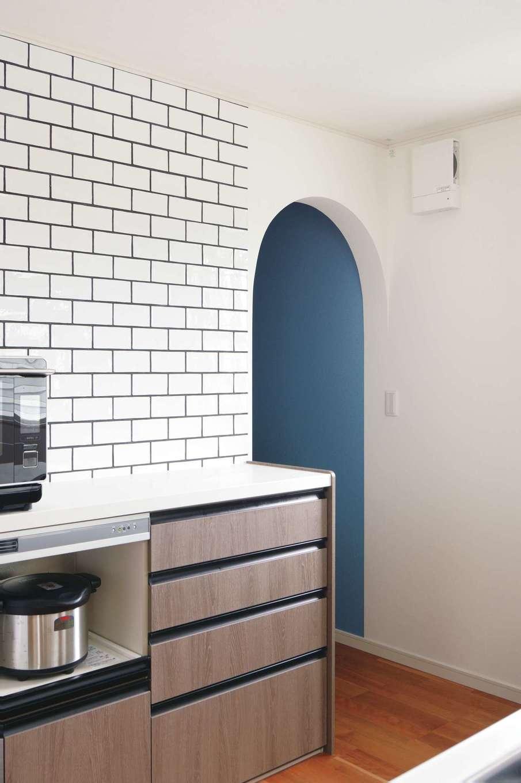 朝日住宅【デザイン住宅、間取り、平屋】キッチンや洗面所の壁には、奥さまの希望でタイルを採用。職人が白いタイルを黒い目地で丁寧に埋め、ナチュラルな色合いながらもシックな印象に仕上がっている