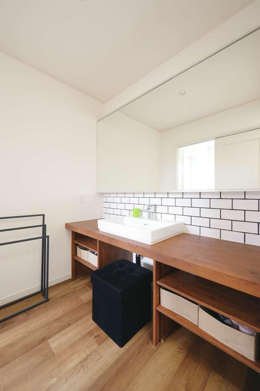 朝日住宅【デザイン住宅、間取り、平屋】タイル壁や壁一面の鏡が似合う造作洗面台。洗面と脱衣室を分けたことで、暮らしにゆとりが生まれる