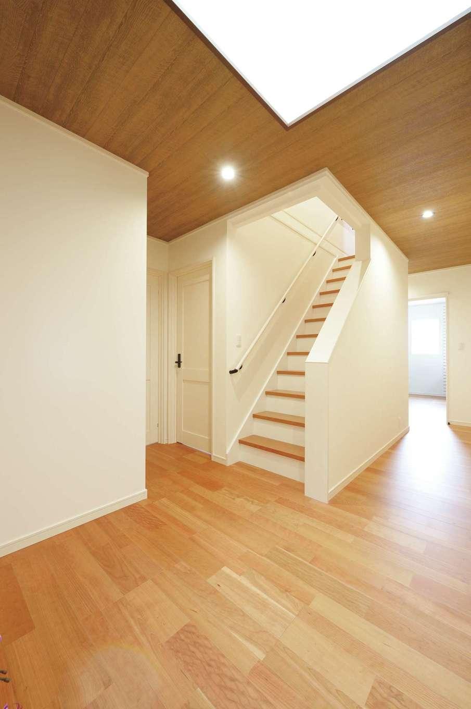 朝日住宅【デザイン住宅、間取り、平屋】LDKや水回り、子ども室、寝室、玄関すべてとつながるホール上部にトップライトが備わる。階段を上ると小屋裏収納へ
