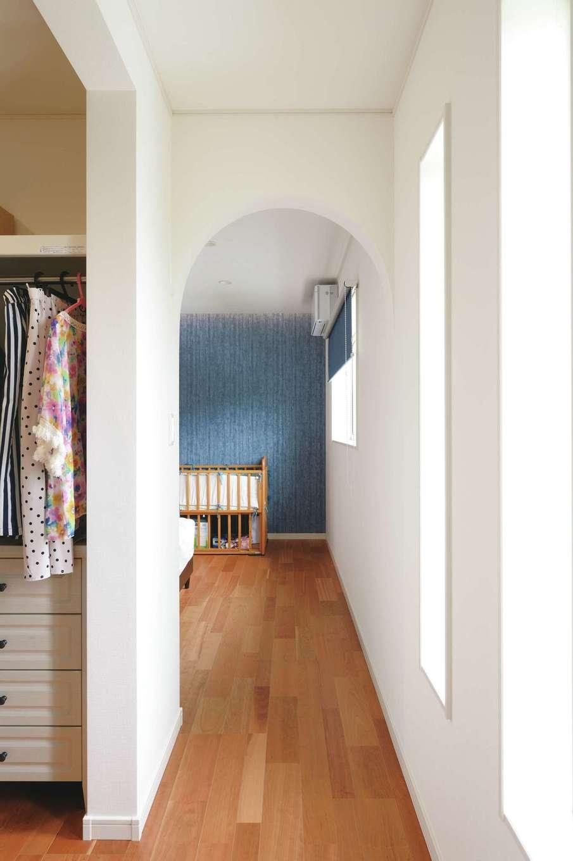 朝日住宅【デザイン住宅、間取り、平屋】寝室の奥にも、アーチ型開口の広々としたウォークインクローゼットを用意