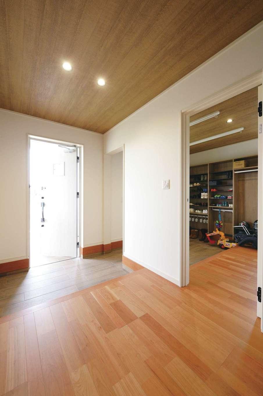 朝日住宅【デザイン住宅、間取り、平屋】玄関を入ってすぐ、4畳半の土間付き収納がある。雨の日はここで室内干しも可能