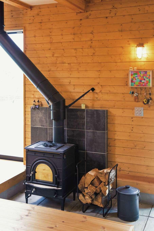 1階土間にある薪ストーブで、「次はピザを焼いてみたい」とご主人。薪の準備は万全で、冬を待つばかり