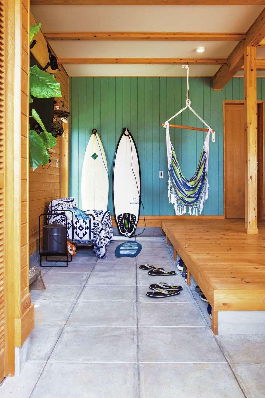 サーフィンが好きで、プロポーズの場所やハネムーンにハワイを選んだご主人。土間にはボードが並ぶ